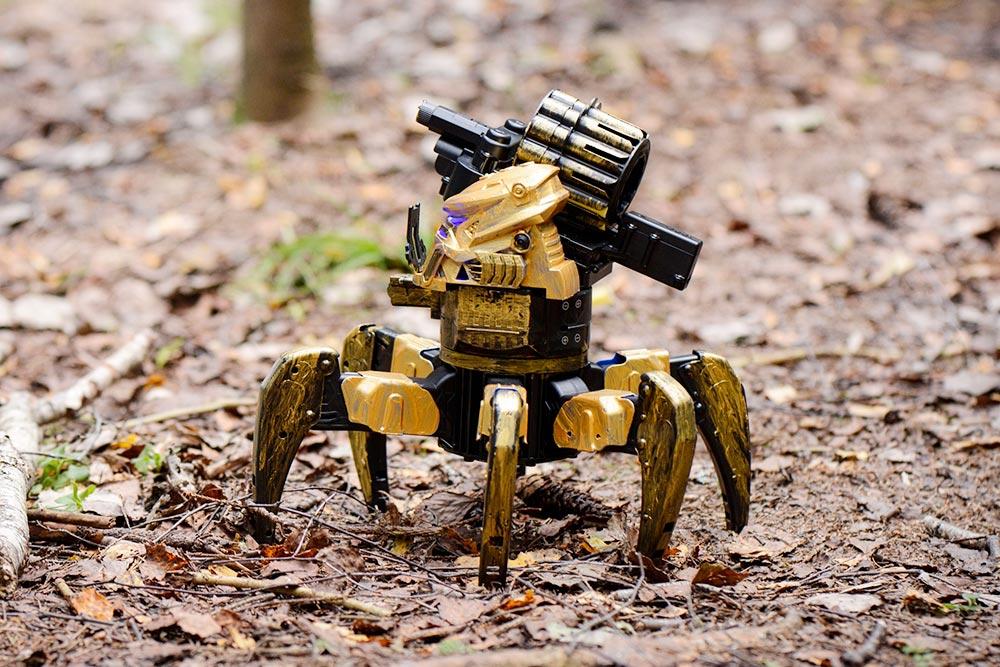 Робот-паук двигался и стрелял игрушечными снарядами, как в пистолетах-нерфах