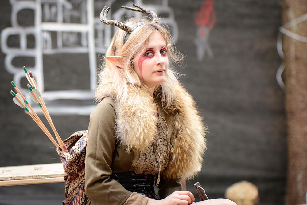 Участница игры «Скайрим» в костюме эльфа — главы Восточной имперской компании. Изаксессуаров унее накладные уши ирога