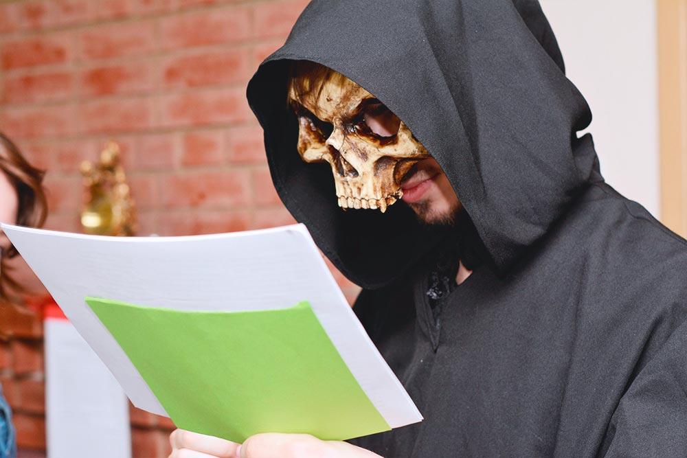 А это участник игры покнигам Терри Пратчетта. Дляроли Смерти он купил маску иобзавелся балахоном