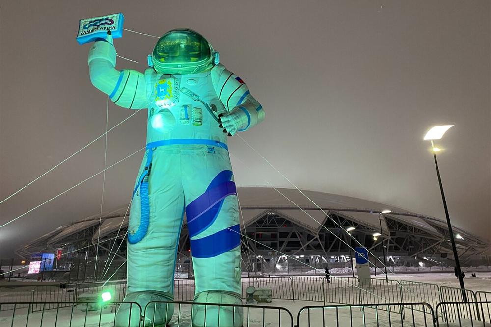 Стадион «Самара-арена», рядом с которым установили фигуру космонавта, похож на летающую тарелку. Источник: Дзен-канал MANIKOL