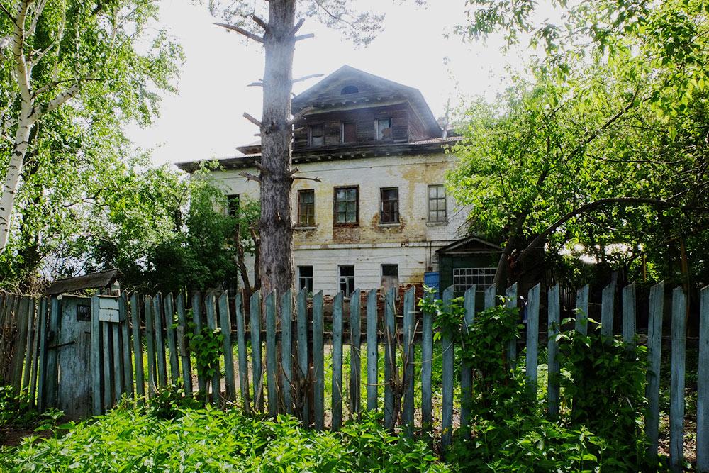 Полузаброшенное здание, в котором раньше жила владелица Рождествена