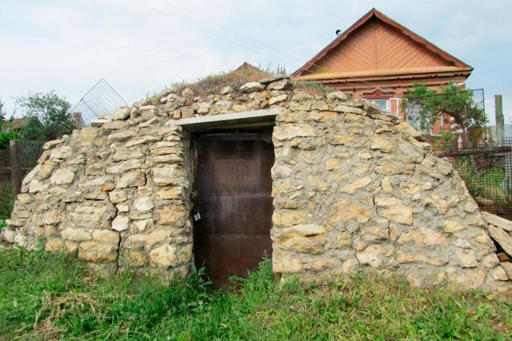 Одна из менее очевидных достопримечательностей — погребы местных жителей, которые похожи на домики хоббитов. Такие встречаются только в Торновом