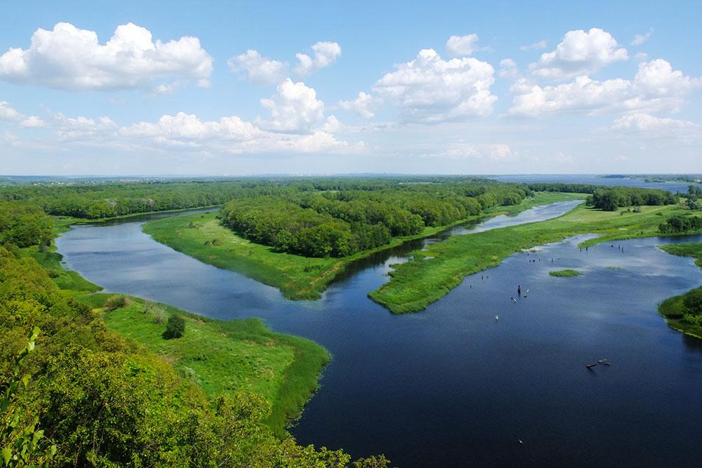 С Вислого камня открывается вид на речные затоны и острова. Из-за удаленности до этой смотровой площадки редко добираются туристы