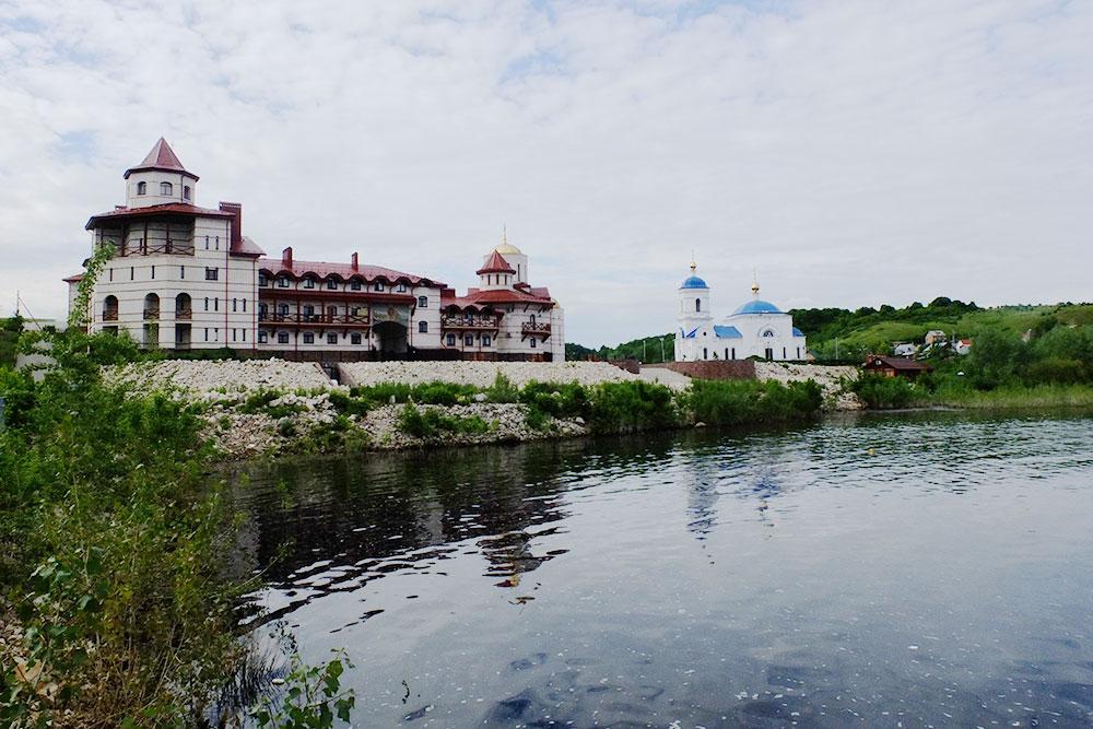 Самый большой и помпезный монастырь в нацпарке. Особенно необычно он смотрится в селе из одной улицы, где живут 75 человек