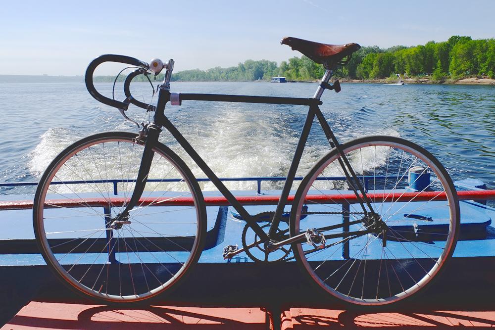 Иногда я катался по нацпарку на своем шоссейном велосипеде с одной скоростью и спокойно проезжал даже по грунтовкам. А там, где не мог проехать, горный велосипед все равнобы не помог