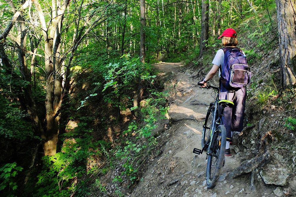 Участок после горы Верблюд и до Гавриловой Поляны местные велосипедисты прозвали «козьей тропой». Там можно сорваться вниз, поэтому на ней обычно спешиваются и несут велосипед, а не едут на нем