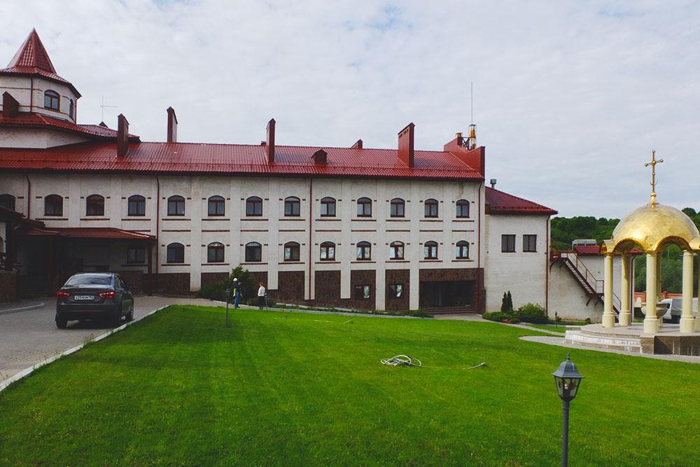 Огромный корпус паломнической гостиницы в Винновке