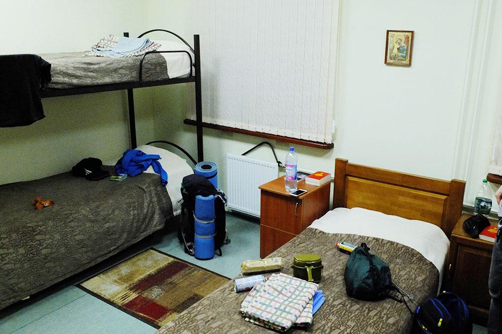 Койко-место в четырехместном номере стоит 500<span class=ruble>Р</span>. В комнатах висят иконы, а в каждой прикроватной тумбочке лежит Библия, как в американских гостиницах