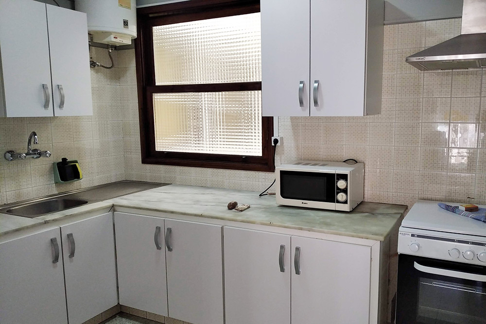 На кухне было все необходимое: холодильник, плита, духовка и микроволновка