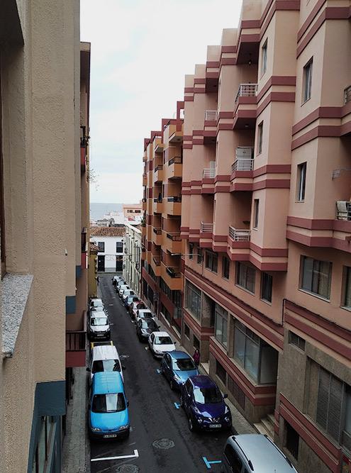 Вид с балкона: вдалеке — океан, а если посмотреть в другую сторону — горы