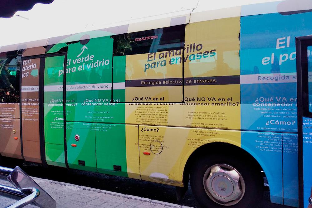 Надписи нанекоторых автобусах напоминают, какого цвета контейнер нужно выбирать длятого илииного типа мусора. Пластик, стекло ибумагу наКанарах выкидывают отдельно. Сначала япротивилась новому правилу: этоказалось сложно инепривычно. Нопотом втянулась. Немало поспособствовал этому карантин: вынос мусора быллишним поводом легально выйти наулицу