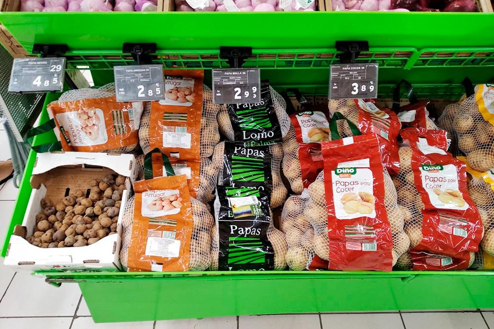 Разные сорта картофеля предназначены дляразных блюд. Нанекоторых упаковках указывают, длячего использовать конкретный вид. Например, картошка слева предназначена дляприготовления papas arrugadas — дословно «морщинистой картошки»: молодые клубни небольшого размера отваривают вочень соленой воде иподают сканарским соусом mojorojo