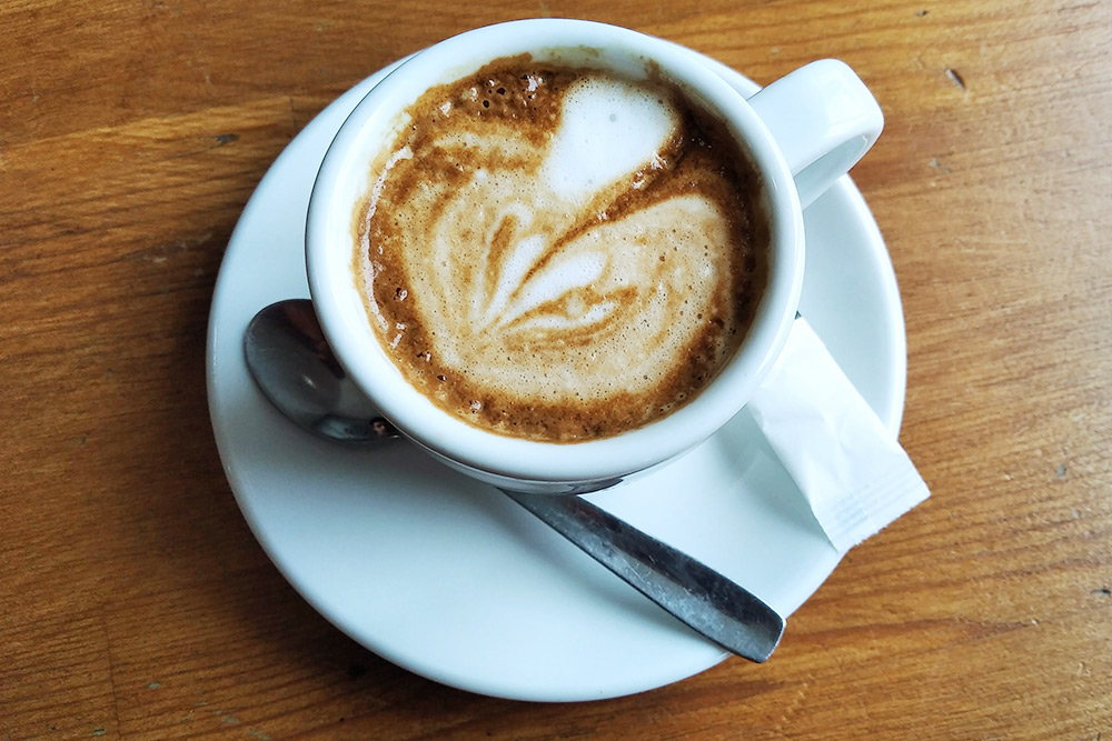 Чашка лече лече корто в&nbsp;кафе около моей работы стоит 0,80&nbsp;€ (72&nbsp;<span class=ruble>Р</span>)