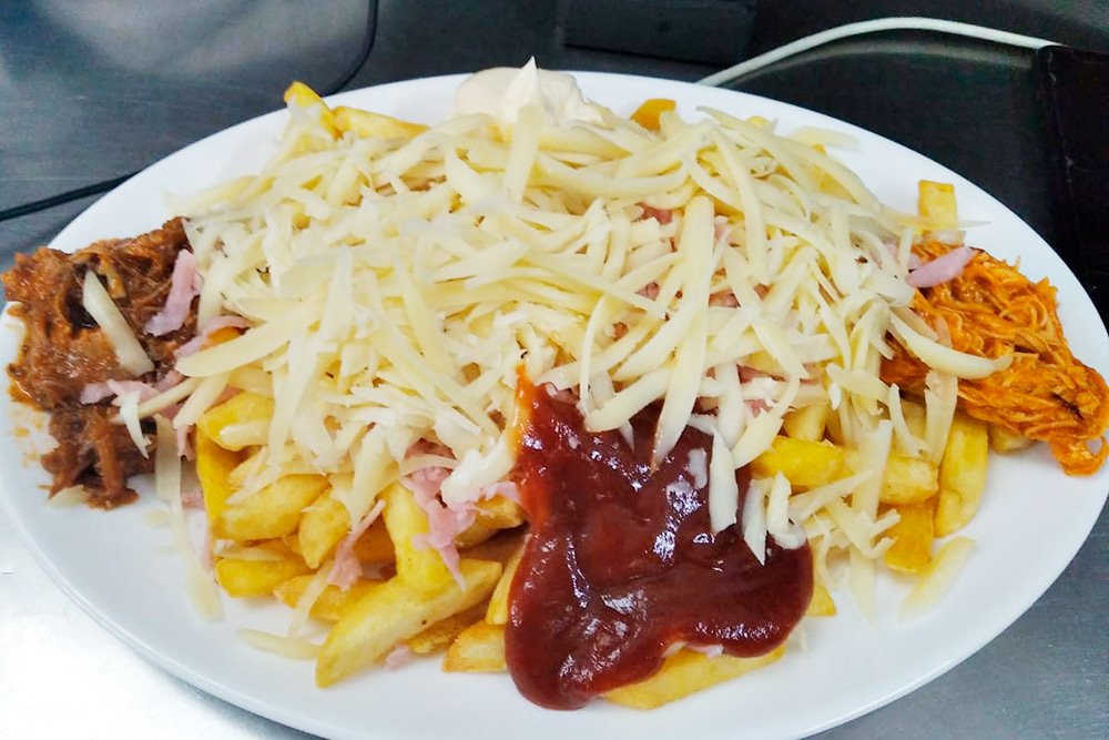 Большая порция папас локас с&nbsp;сыром, мясом и&nbsp;хамоном — 5,5&nbsp;€ (495&nbsp;<span class=ruble>Р</span>)