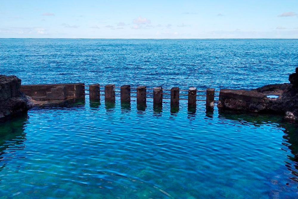 Природные бассейны ElCharco Azul. Чтобы доних добраться, можно доехать догорода Лос-Саусес наавтобусе испуститься кберегу моря