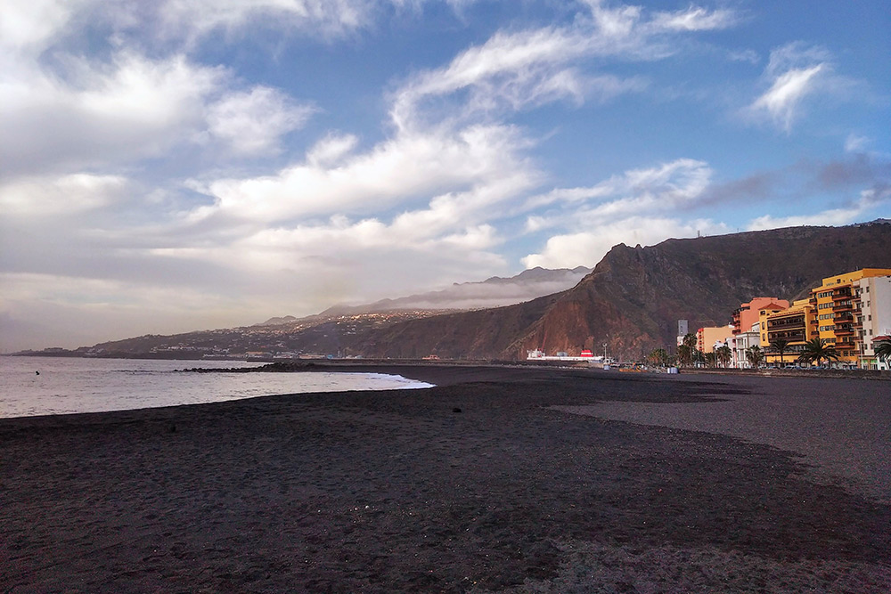 Пляж счерным вулканическим песком