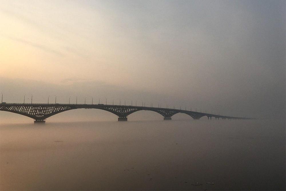 Мост соединяет Саратов ссоседним городом Энгельсом. Самый красивый вид напереправу открывается спортсменам, которые выходят напробежку ранним утром