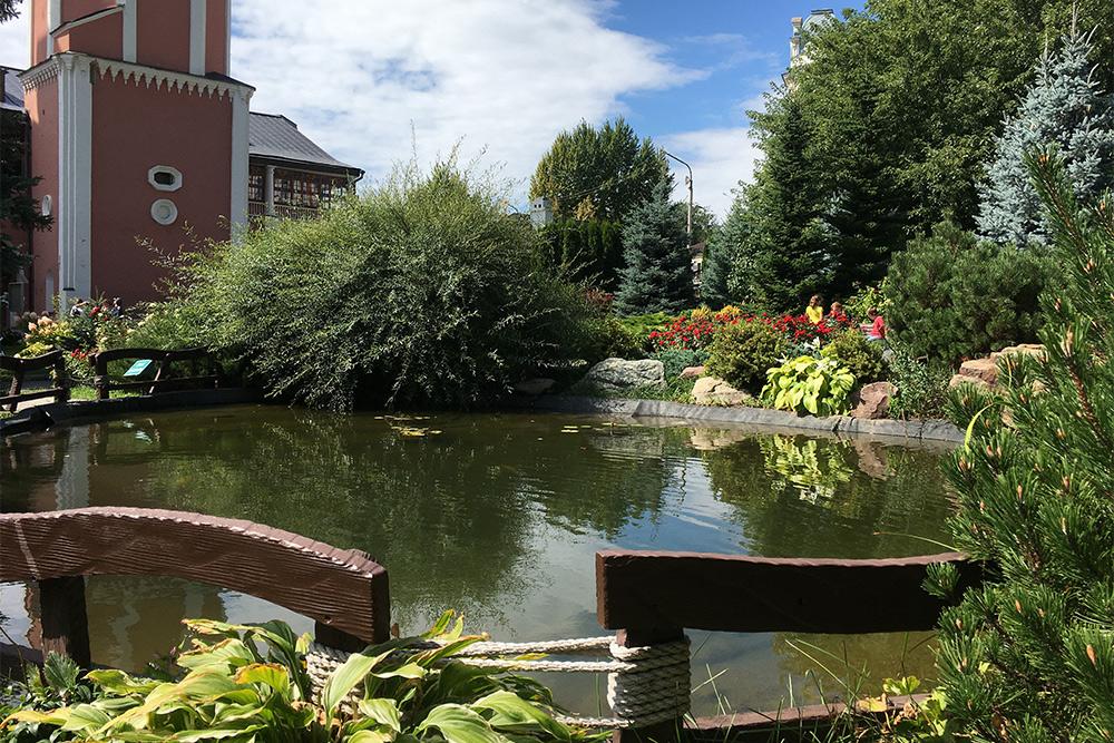 Вцентре парка уСвято-Троицкого собора расположен огромный розарий. Онбурно цветет все лето. Сад настолько гармонично оформлен, что хорошо выглядит влюбое время года