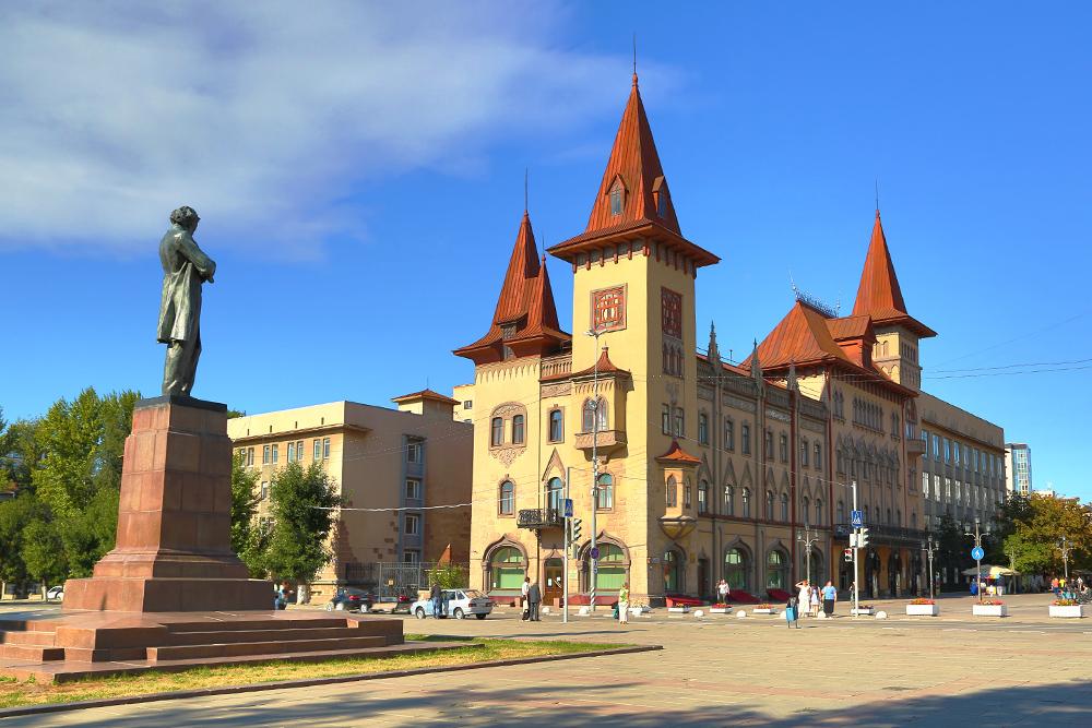 Памятник Чернышевскому иСаратовская консерватория. Источник: Kokhanchikov/ Shutterstock