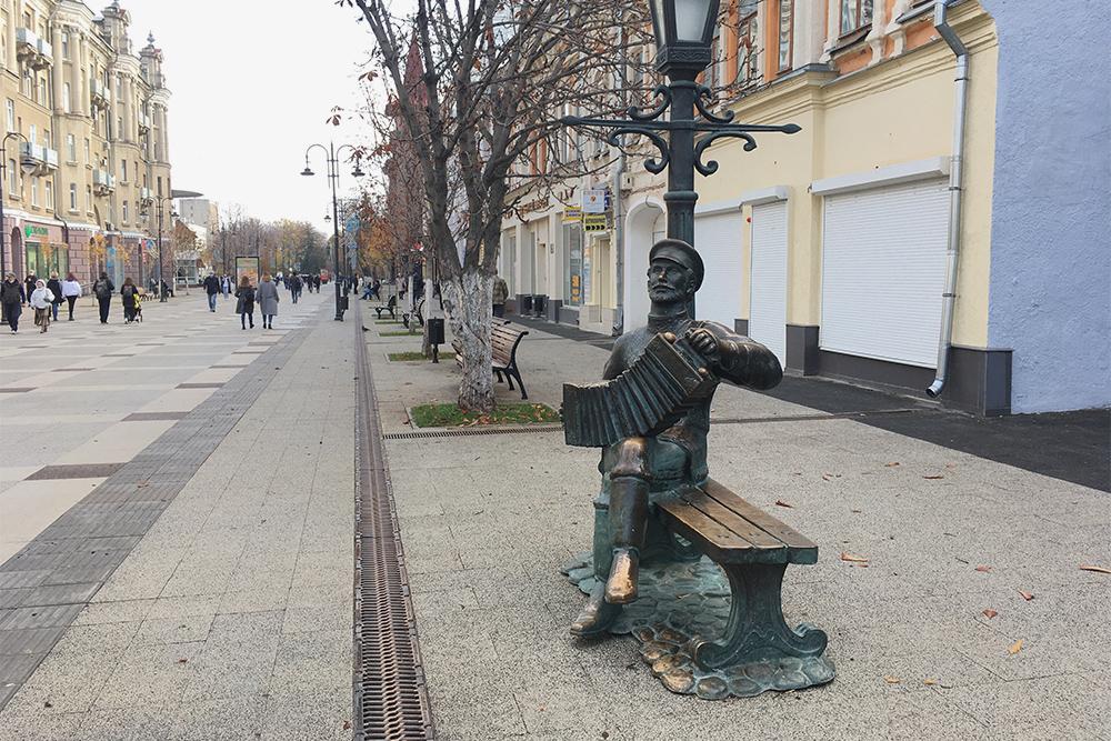 Янеочень люблю современные городские статуи. Они похожи друг надруга, вних нет истории. Нопамятник саратовской гармошке мне нравится, потомучто гармошка сбубенчиками— один изсимволов города