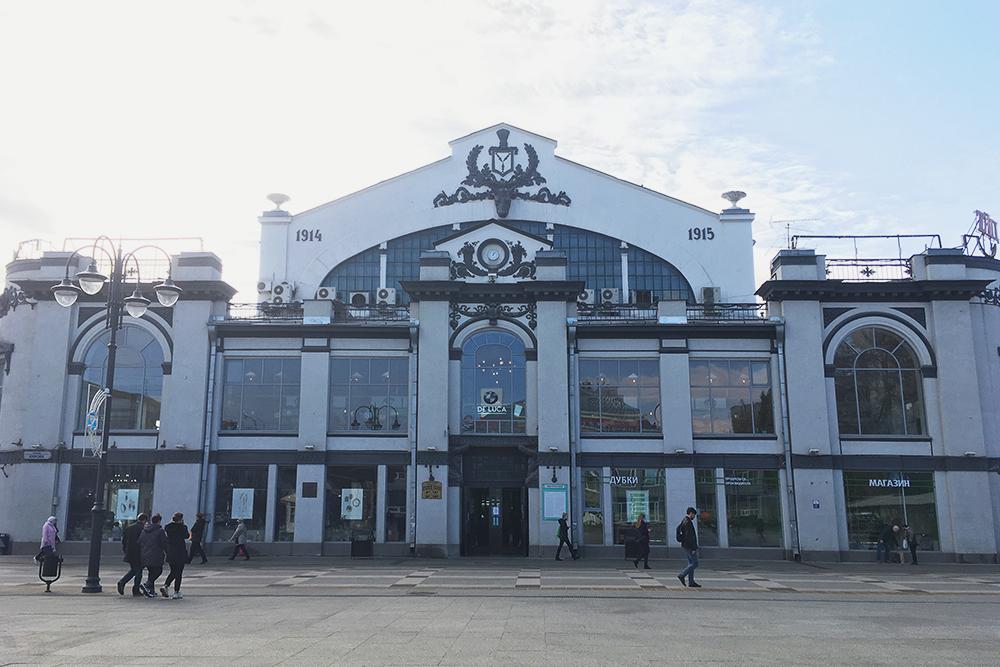 Проспект Кирова ведет кКрытому рынку— старейшему вгороде. Вместо крыши там стеклянный купол, который позволяет освещать весь зал спомощью дневного света