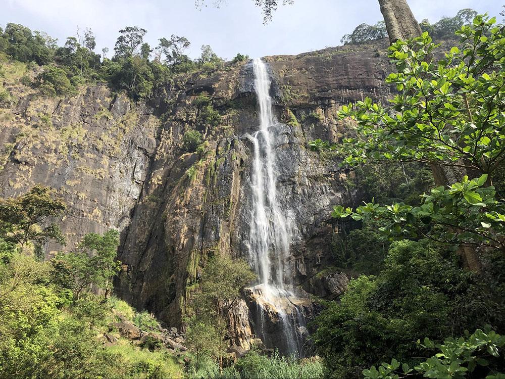 Один из водопадов Шри-Ланки. Чтобы забраться наверх, понадобится полчаса — и это будут очень тяжелые, жаркие, невыносимые полчаса