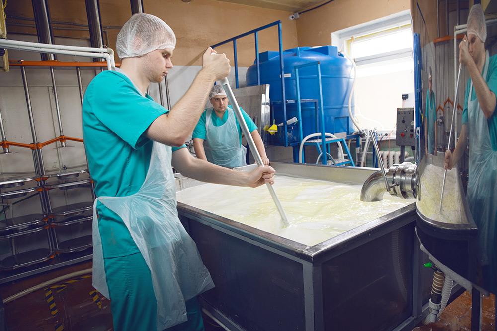 Синяя бочка — емкость дляприемки молока на 2000литров
