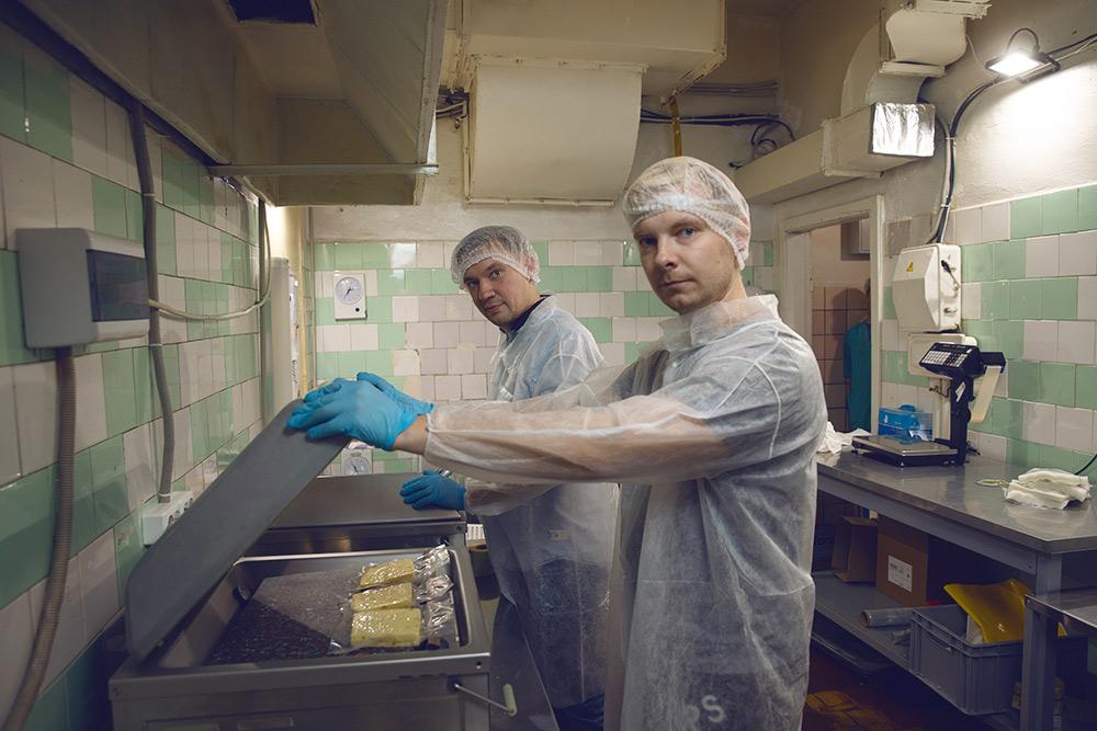 В сыроварне есть три вакуумных упаковщика. За цикл каждый упаковывает три кусочка сыра