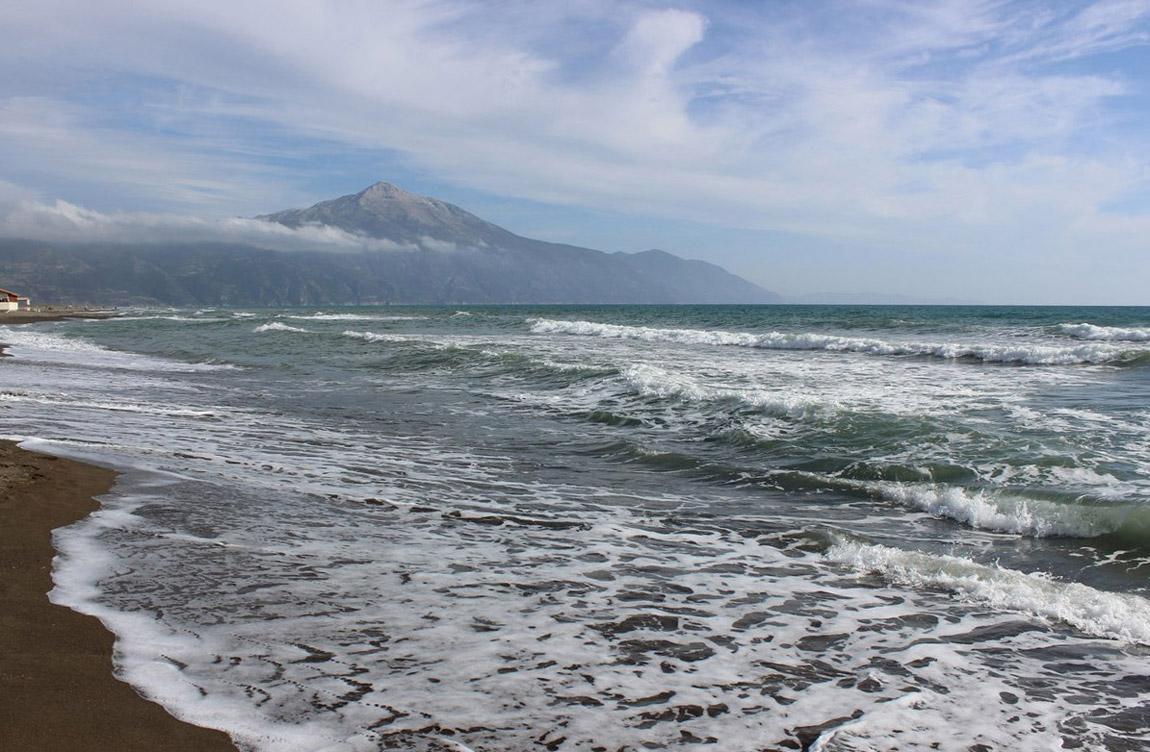 Отдыхаем мы с мужем на Средиземном море. До него полтора часа на машине