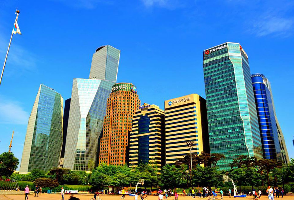 Парк на острове Ёидо в центре Сеула. Тут находятся главные банки страны, офисы иностранных и корейских корпораций, а также Национальное собрание Республики Корея — так называется местный парламент