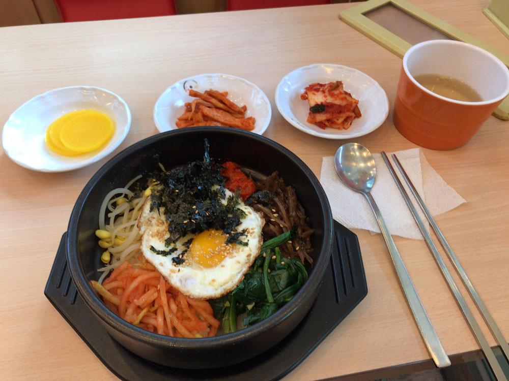 Традиционное корейское блюдо пибимпап. Обычно острый соус к нему подают отдельно, поэтому блюдо любят иностранцы, которые еще не привыкли к острой корейской еде. Стоит от 6000 ₩ (320<span class=ruble>Р</span>)