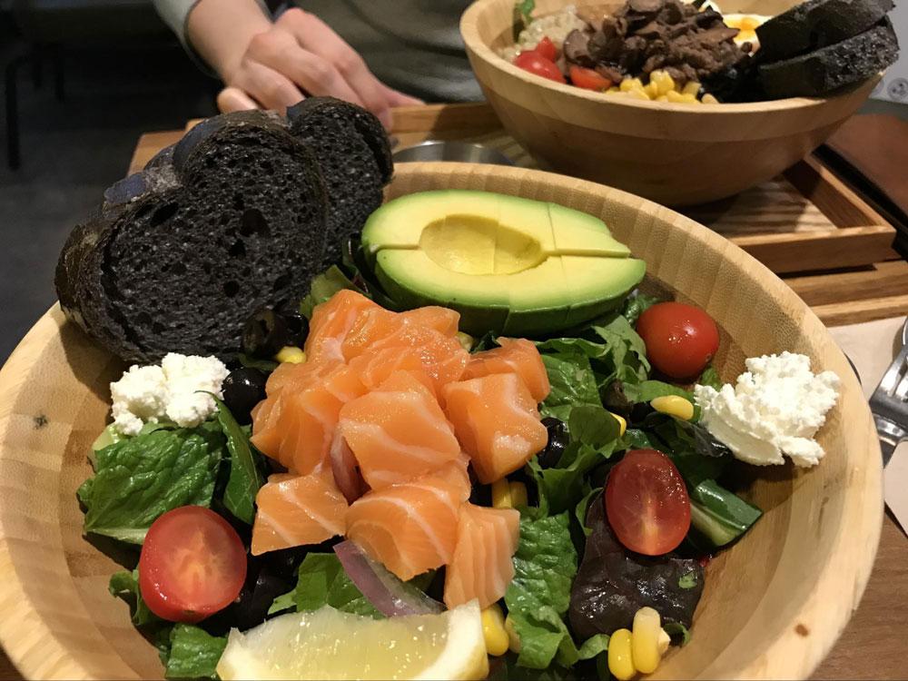 В Корее много кафе с полезными салатами. Самый популярный салат, особенно у девушек, — с лососем и авокадо, стоит 11 000 ₩ (590<span class=ruble>Р</span>)