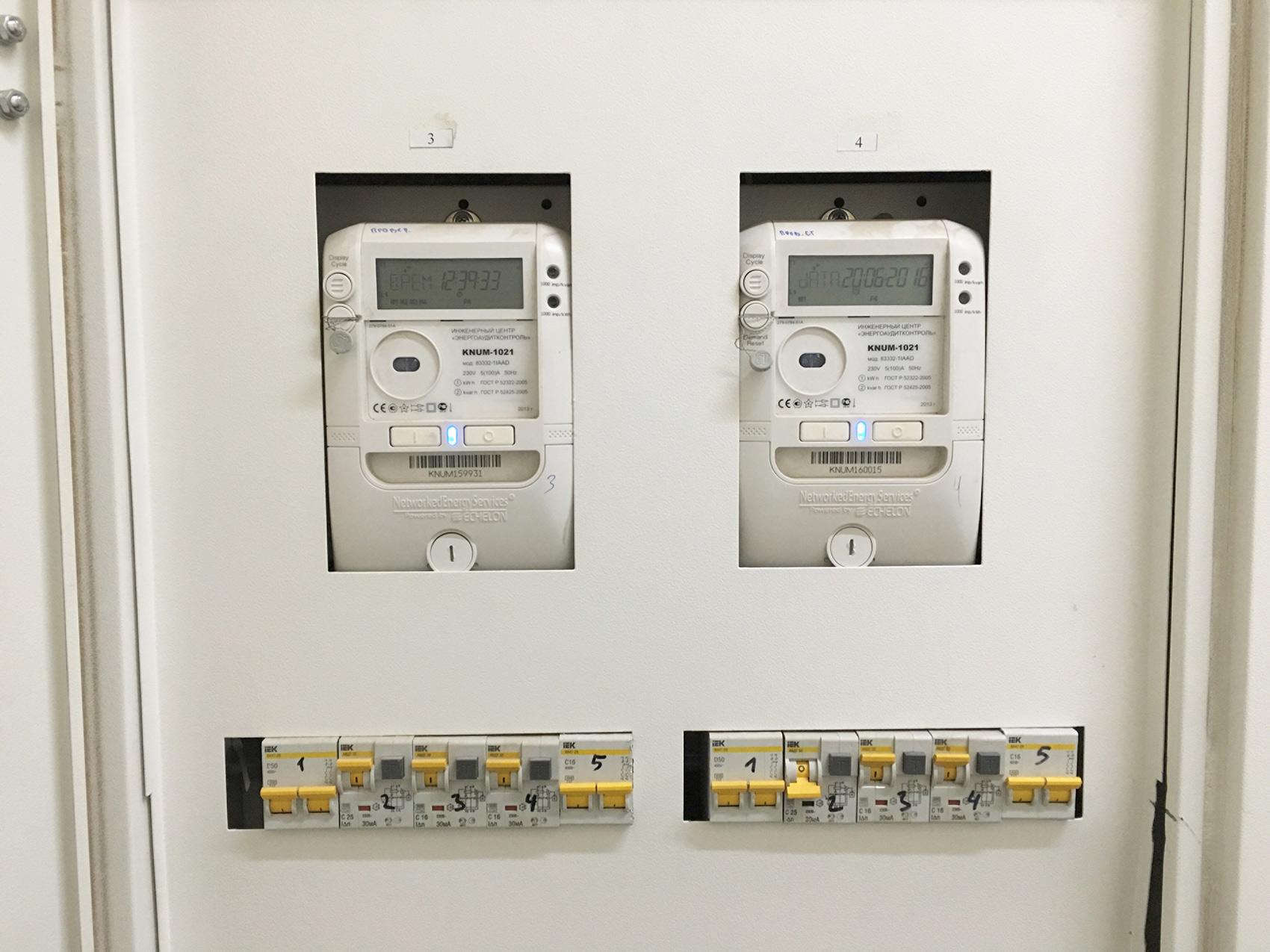 После того, как снимете показания, включите автомат на электрощитке — в квартире появится электричество