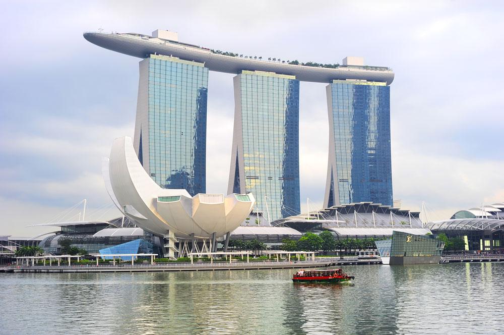 Это здание — одна из самых популярных туристических точек в Сингапуре. Туда я и пошла, чтобы вызвать полицию