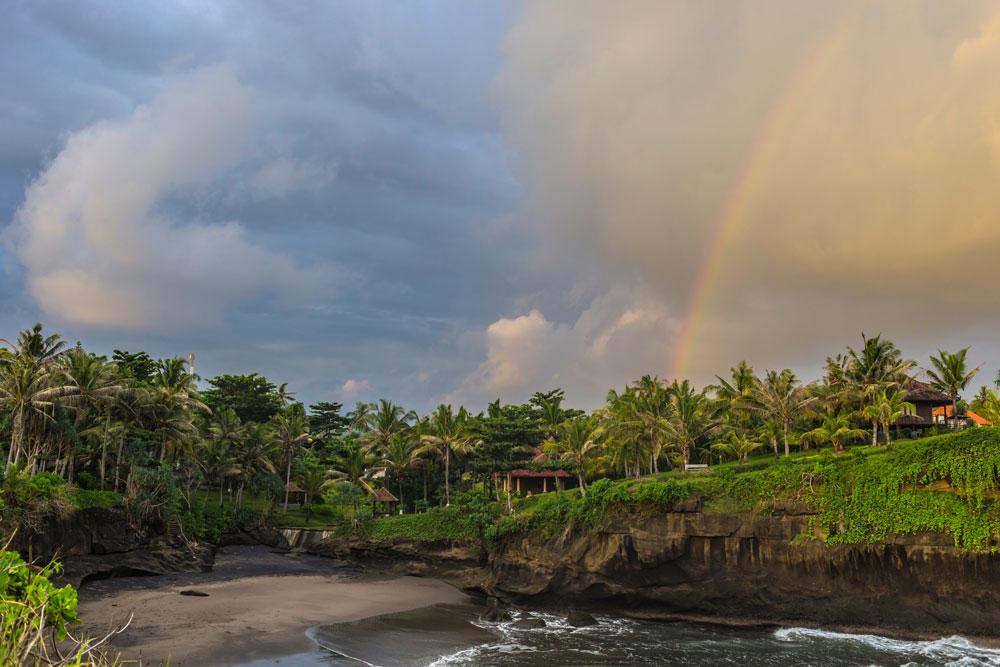 Балиан — пляж с черным песком на северо-западе Бали