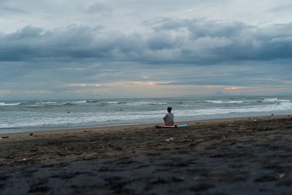 В декабре на Бали пасмурно, сезон дождей. Реки выносят весь мусор в океан, поэтому на пляжах западного побережья грязно