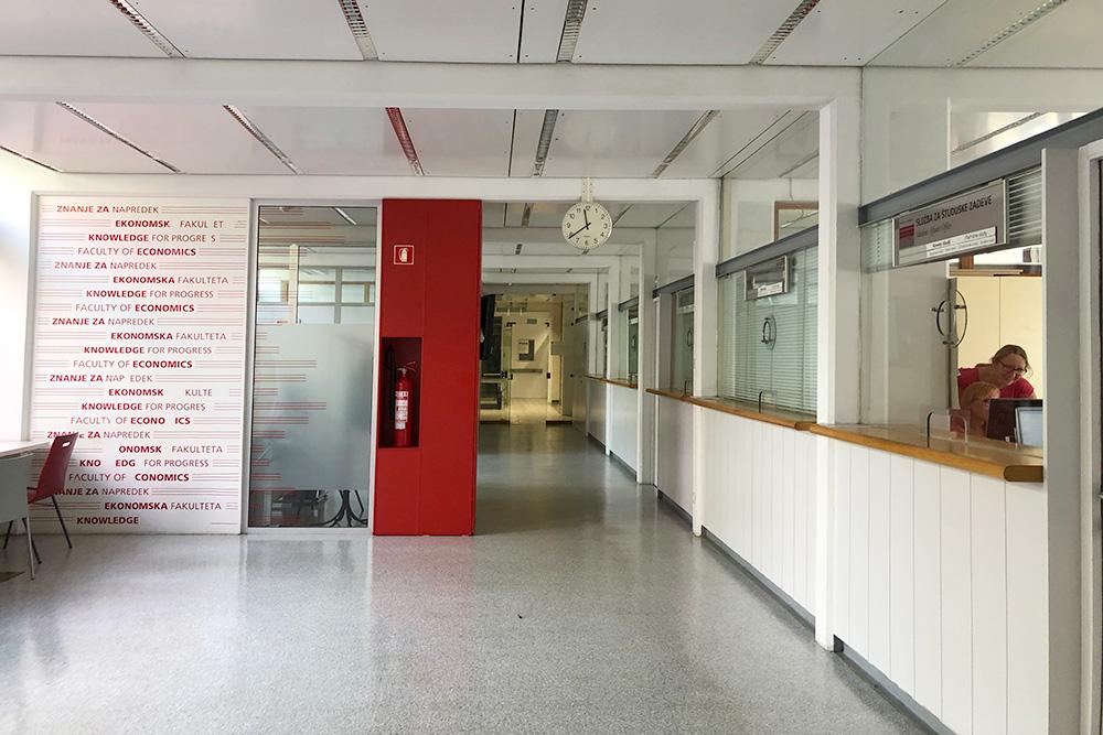 Это офис по делам студентов — единое окно по всем вопросам для студентов факультета. Пустые коридоры в июле-августе — это норма