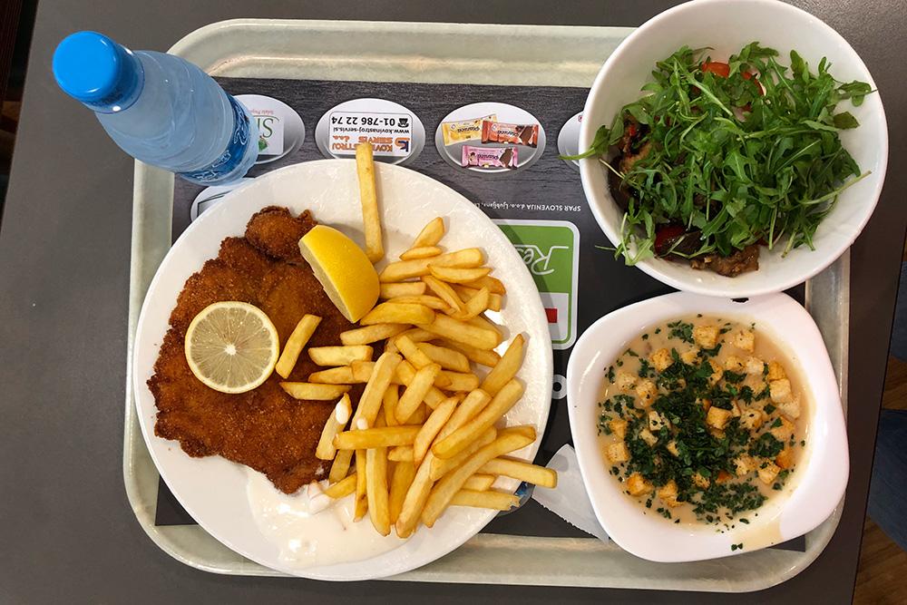 Такой обед можно купить за бон в столовой «Спар». Обед студента по закону должен включать основное блюдо, суп, салат, фрукт (обычно яблоко) и воду