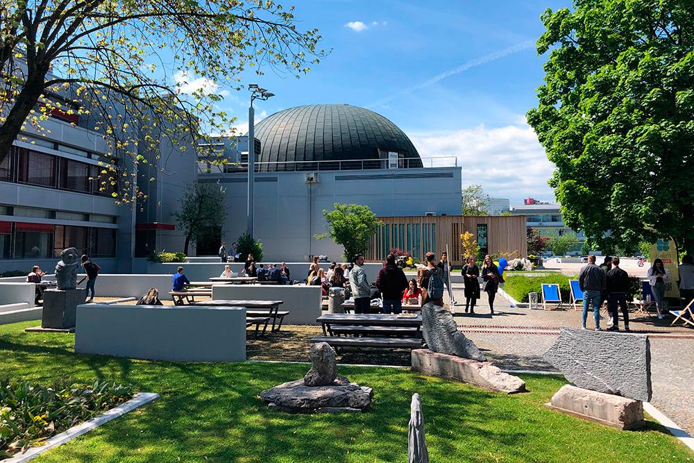 Двор нашего факультетского кампуса