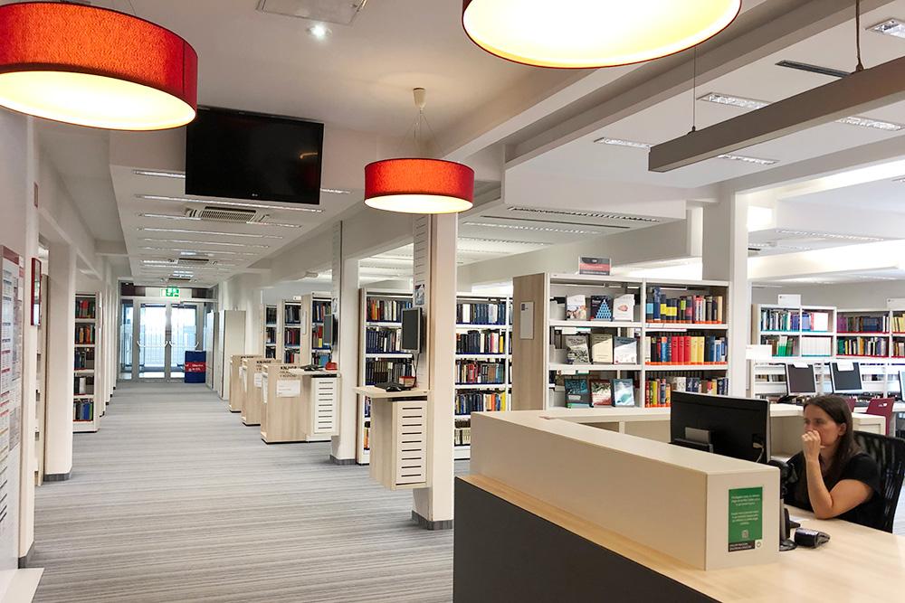 Факультетская библиотека. Специализируется на экономической литературе