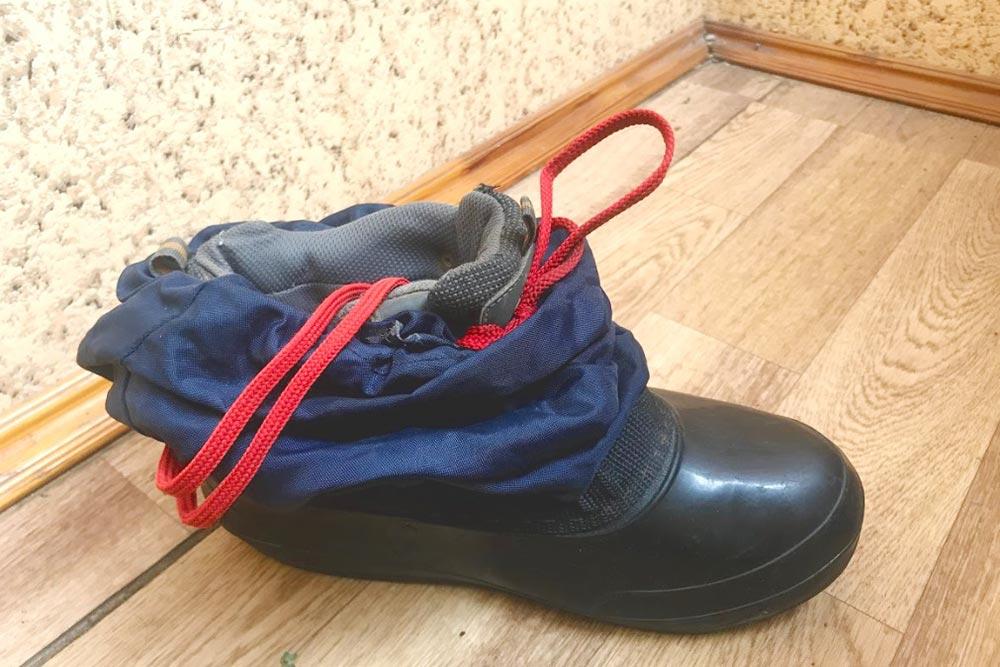Ботинок с надетой поверх бахилой изгалоши икуска непромокаемой ткани. За8дней лыжного похода поплато Лагонаки они непромокли