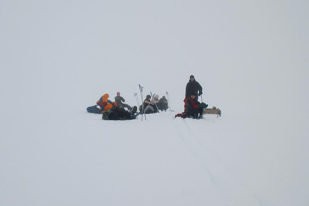 Наша группа вгорах. Вокруг все белое из‑за облаков, видимость очень плохая