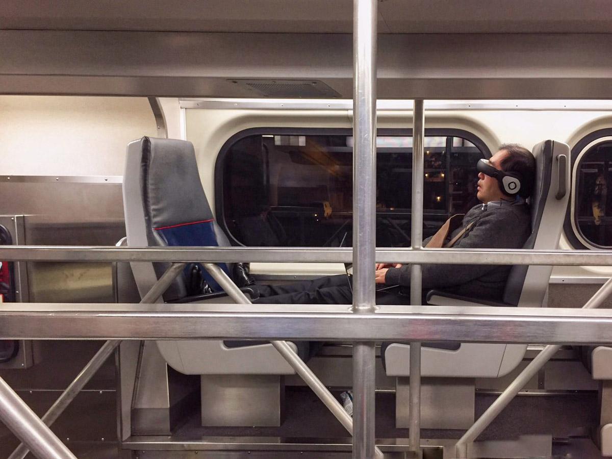 Пассажир в очках-мониторе