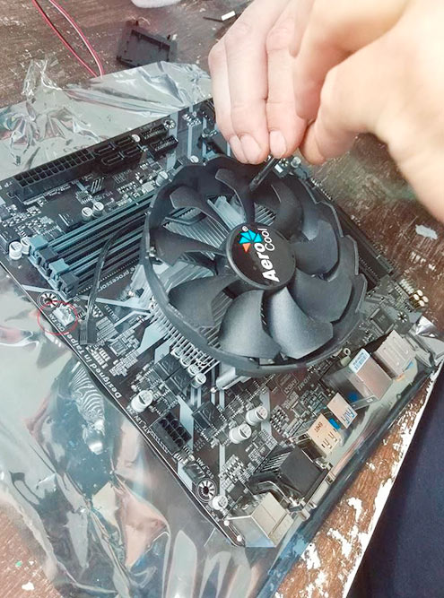 Аккуратно устанавливаем кулер на процессор и закручиваем его четырьмя винтами, которыми он комплектовался. Как повернут горизонтальный кулер — неважно, главное, чтобы провод спокойно дотягивался до разъема CPU FAN, к которому он подключается