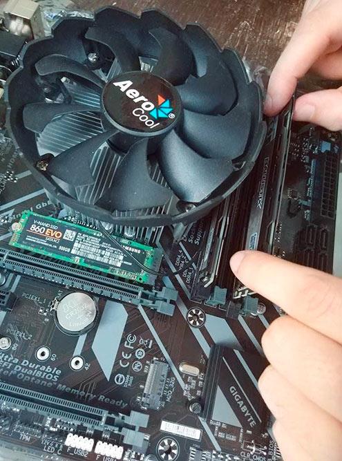 Установка оперативной памяти. Отстегиваем пластмассовые крепления, ставим плашки оперативки в разъемы до конца и защелкиваем крепления обратно. Если у вас две планки и четыре разъема, ставить нужно через один. Предварительно посмотрите в инструкции к материнской плате замечания производителя на этот счет