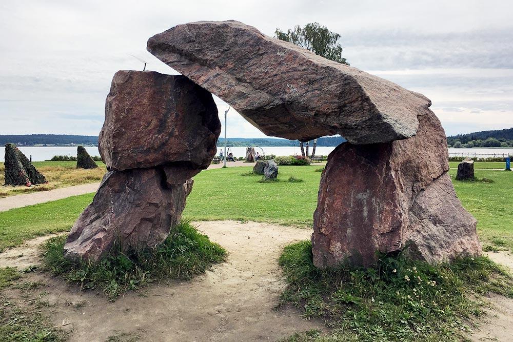 Это рукотворные каменные ворота длятуристических фото