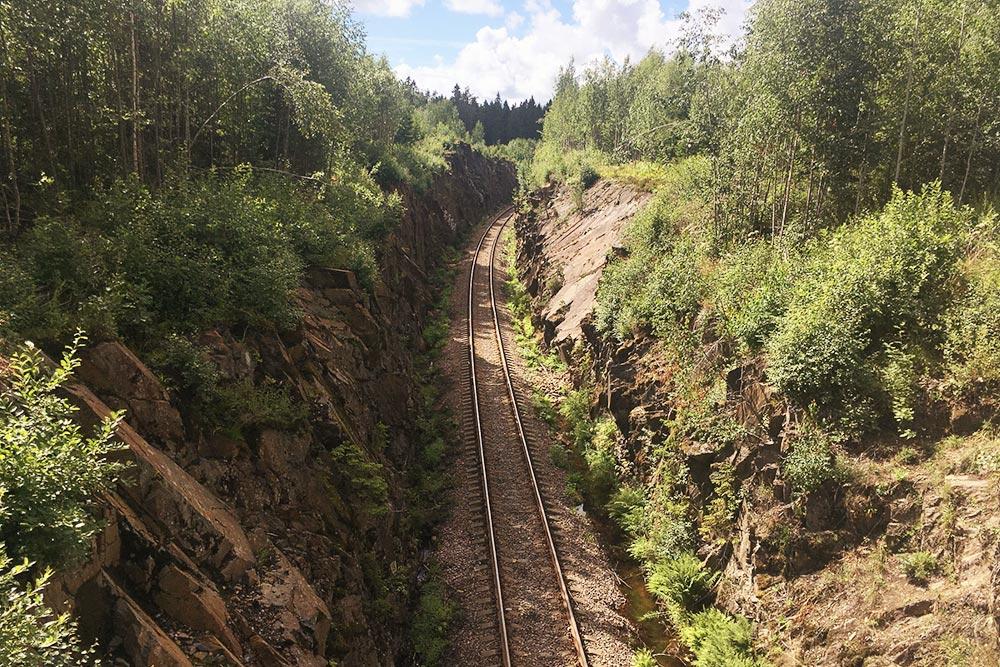 Железную дорогу хорошо видно с моста