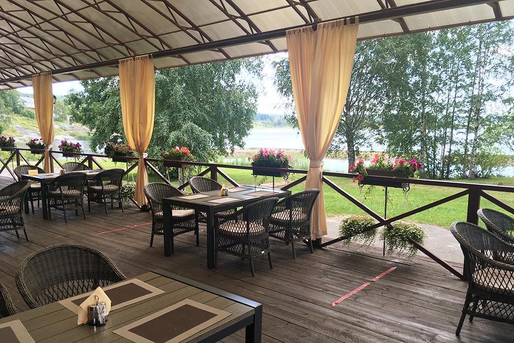 Вхорошую погоду в«Пийпун-пихе» можно сидеть натеррасе свидом наозеро