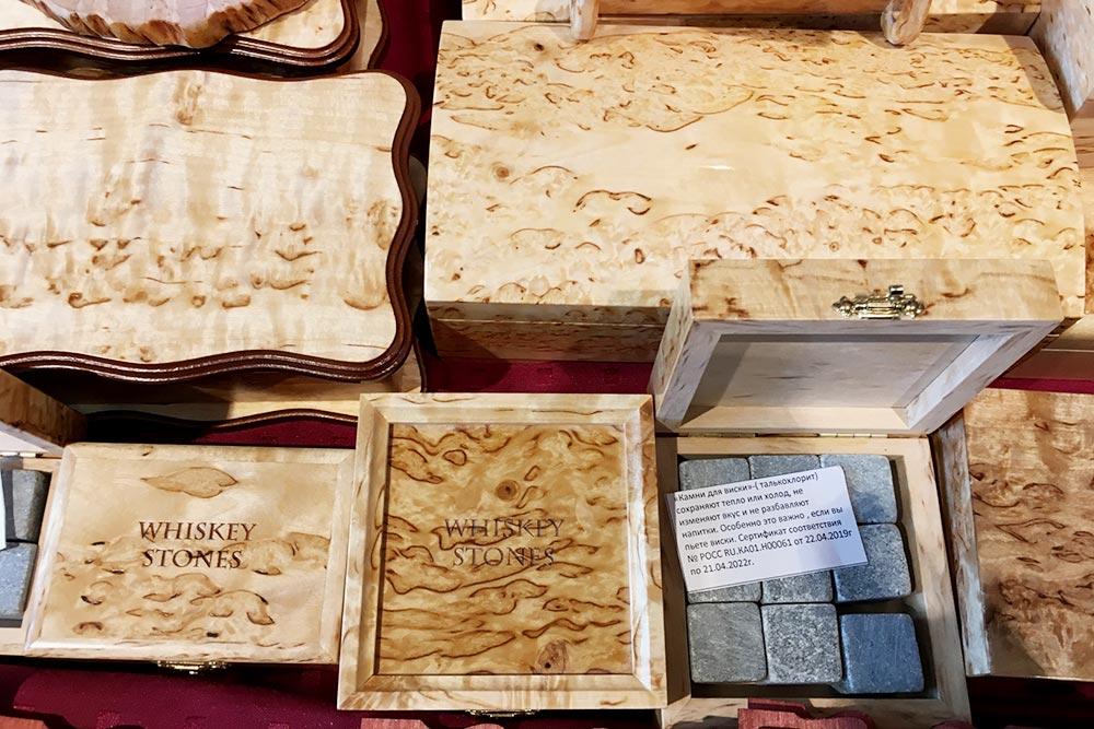 Шкатулка из&nbsp;карельской березы с&nbsp;камнями для&nbsp;виски стоит 3000—5000<span class=ruble>Р</span>