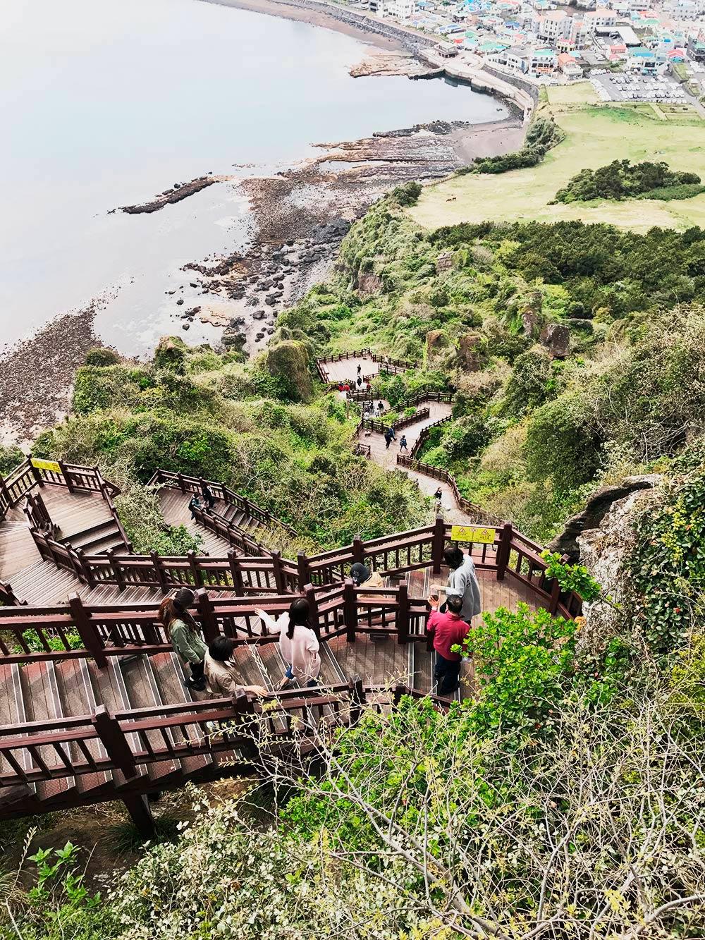Подъем на вулкан по специально оборудованной лестнице занимает около 30 минут. Сверху открываются виды на море и горы острова Чеджу. Некоторые туристы встают в 5 утра, чтобы подняться на вершину и встретить там рассвет